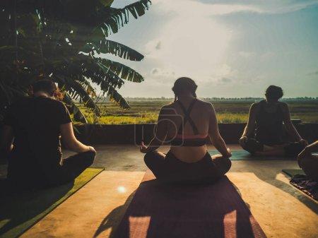 Photo pour Ubud, Bali, Indonésie - 24 mai 2020 : studio de yoga tropical ouvert avec des gens au coucher du soleil - image libre de droit