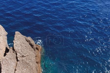 Photo pour Beau paysage naturel avec falaise en mer claire, Italie - image libre de droit