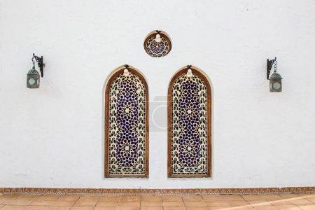 Photo pour Deux niches décoratives et lanternes sur un bâtiment blanc en Egypte - image libre de droit