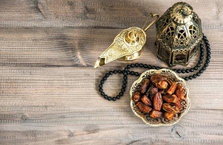 Photo pour Lanterne oriental, Rosaire et les dates sur fond en bois. Fête nature morte - image libre de droit