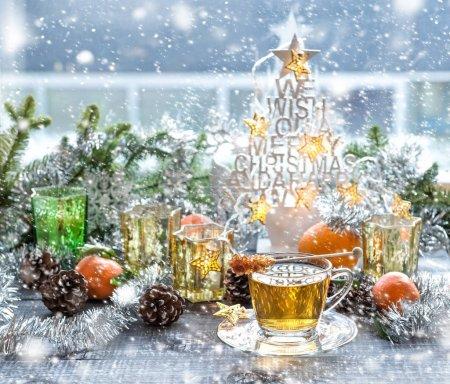 Photo pour Tasse de thé et décoration de Noël. Arrangement hivernal avec effet neige tombante - image libre de droit