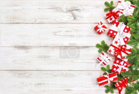Photo pour Décoration de Noël avec branches de pin. Boîte cadeau ruban arc. Bannière vacances - image libre de droit