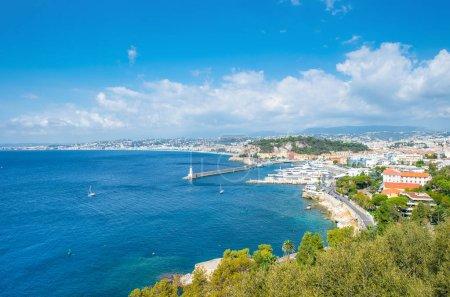 Photo pour Belle ville, Côte d'Azur, France. Mer Méditerranée turquoise et ciel bleu parfait - image libre de droit