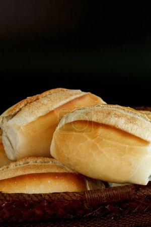 """Photo pour Panier de """"pain français"""", pain traditionnel brésilien, présent aux tables et aux repas dans tout le pays - Sao Paulo, Brésil - image libre de droit"""