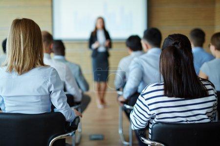Personas sentadas en el seminario de negocios