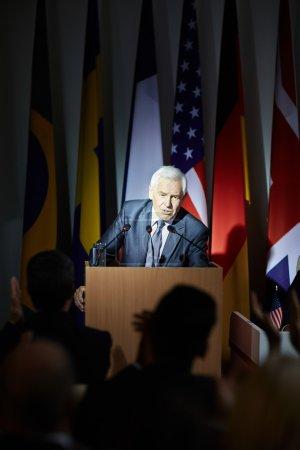 Photo pour Portrait du président plaidant pour le parti au pouvoir - image libre de droit