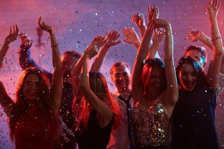 gens qui dansent en boîte de nuit