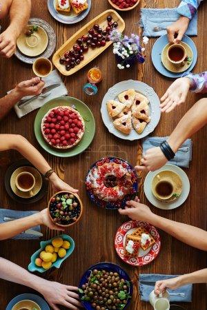 Photo pour Thanksgiving dîner contenant maison cuit desserts et de fruits et de baies fraîches - image libre de droit