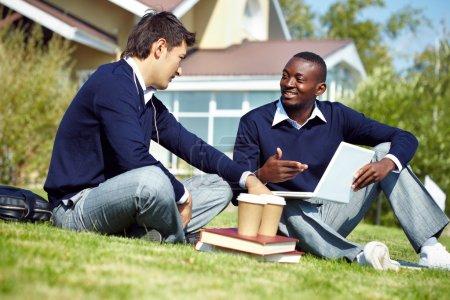 Photo pour Deux jeunes mecs ayant pause après études - image libre de droit