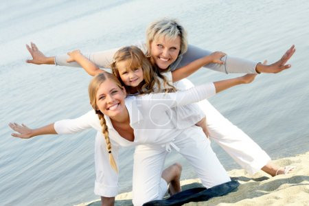 Photo pour Heureuse grand-mère, mère et fille posant avec tendus mains - image libre de droit