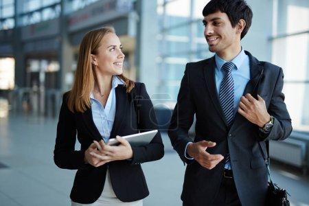 Photo pour Petit groupe d'employés interagissant après le travail - image libre de droit