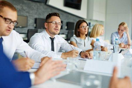 Photo pour Chef d'entreprise et ses employés qui travaillent au séminaire - image libre de droit