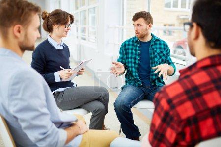 Photo pour Cercle des étudiants pratiquant la thérapie psychologique en groupe - image libre de droit