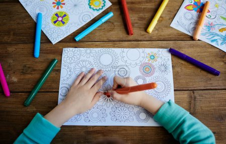 Kid coloring pics with felt pens