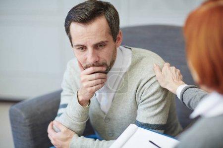 Photo pour Homme confus ou onéreux consulter un psychologue - image libre de droit