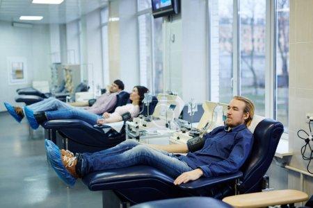 Photo pour Rang des donateurs, vérification de la pression artérielle en clinique de hemotransfusion - image libre de droit