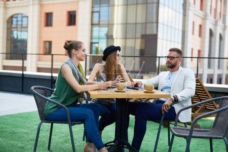 Gens de bureau moderne à la pause café