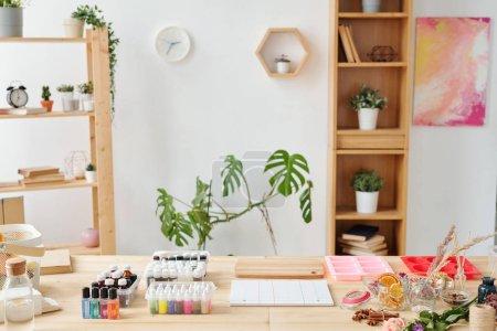 Photo pour Atelier de savonnerie en atelier avec jeu d'huiles essentielles, parfums, moules en silicone pour la masse liquide et ingrédients naturels sur table en bois - image libre de droit