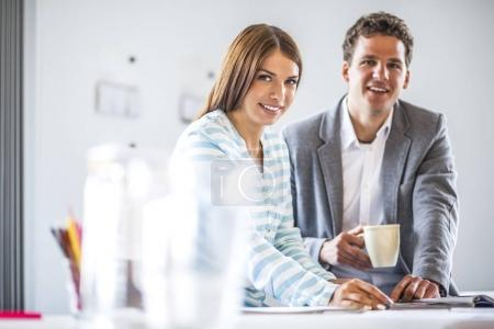 Photo pour Portrait des gens d'affaires en bureau - image libre de droit