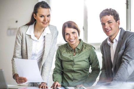 Photo pour Portrait des gens d'affaires travaillant au comptoir au bureau - image libre de droit