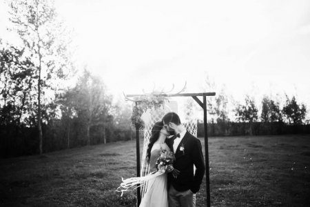Photo pour Mariée heureuse et marié après la cérémonie de mariage - image libre de droit