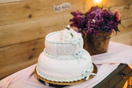 Photo pour Beau gâteau de mariage blanc sur table - image libre de droit