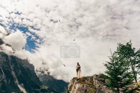 Photo pour Beau jeune couple de mariage et majestueux paysage de montagne dans les Alpes - image libre de droit