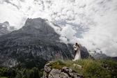 """Постер, картина, фотообои """"красивые молодые свадьбы пара обниматься в величественные горы, Альпы"""""""