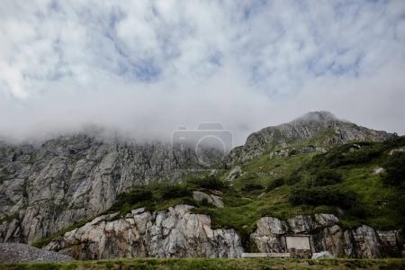 Photo pour Beau paysage avec des montagnes rocheuses pittoresques et ciel nuageux dans les Alpes - image libre de droit