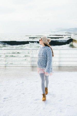 Foto de Hermosa chica elegante posando en el muelle de invierno - Imagen libre de derechos