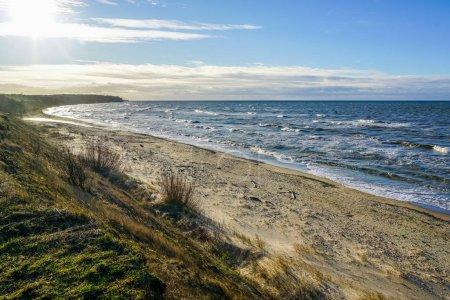 Photo pour Littoral de la mer Baltique, plage de sable fin et vagues avec dessus en mousse - image libre de droit