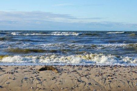 Photo pour Littoral de la mer Baltique, plage pierreuse et vagues avec dessus en mousse - image libre de droit