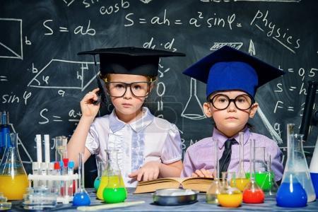 Photo pour Deux petits enfants scientifiques faisant des expériences en laboratoire. Concept éducatif. Développement précoce des enfants . - image libre de droit