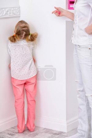 Photo pour Mère gronde sa fille, la met dans un coin. Concept familial, parentalité . - image libre de droit