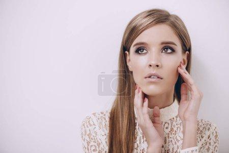 Photo pour Portrait d'une belle jeune femme avec maquillage naturel. Beauté, soins capillaires, concept de cosmétiques. Soins de santé. Fond blanc. - image libre de droit