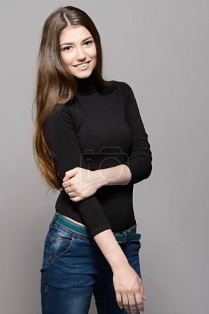 Photo pour Portrait d'une jeune femme heureuse avec un beau sourire. Concept cheveux longs. Coiffure, cheveux sains. Cosmétiques et maquillage . - image libre de droit