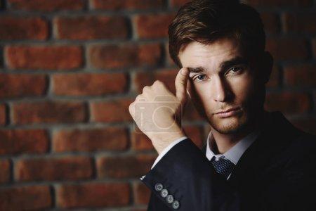 Foto de Concepto de negocio. Retrato de un hombre de negocios guapo con elegante traje formal . - Imagen libre de derechos
