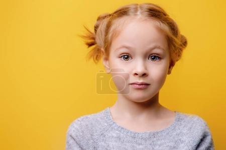 Photo pour Gros plan portrait d'une jolie petite fille. Studio tourné sur fond jaune. Concept d'enfance. - image libre de droit