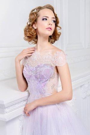 Foto de Mujer encantadora de la novia en un vestido de novia hermoso con una falda exuberante. Apartamentos de lujo. - Imagen libre de derechos