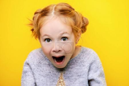 Photo pour Portrait en gros plan d'une petite fille joyeuse. Studio tourné sur fond jaune. Concept d'enfance . - image libre de droit
