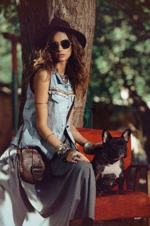 Photo pour Style denim. Jeune femme sexuelle posant en jeans vêtements dans une rue. Beauté, look tendance. Vêtements et accessoires de style Boho . - image libre de droit