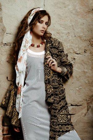 Photo pour Style féminin. Mannequin féminin posant dans des vêtements de style boho sur une rue. Mode plein air. - image libre de droit