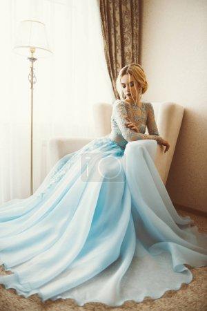 Photo pour Portrait complet d'une magnifique jeune femme en élégante robe longue bleue. Appartements de luxe. Mode de mariage . - image libre de droit