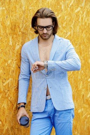 Photo pour Prise de vue mode d'un jeune homme élégant portant un costume d'été. Beauté masculine, mode. Espace de copie . - image libre de droit
