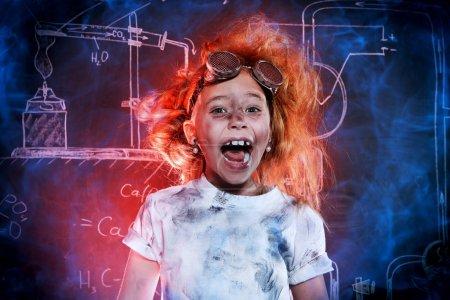 Photo pour Drôle de petite fille qui fait des expériences au laboratoire. Explosion en laboratoire. Science et éducation . - image libre de droit