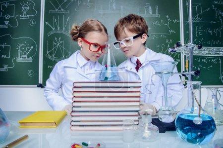 Photo pour Deux enfants scientifiques faisant des expériences en laboratoire. Concept éducatif. Développement précoce des enfants . - image libre de droit
