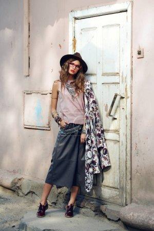 Foto de Mujer hermosa moda sexy posando al aire libre. Ropa de moda. - Imagen libre de derechos