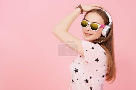 Photo pour Portrait d'une fille brillante en studio sur fond rose. Mode décontractée d'été, optique, beauté . - image libre de droit