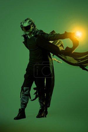 Photo pour Cyborg. Robot humain biologique avec des fils implantés dans la tête. Technologies du futur. Portrait pleine longueur. - image libre de droit