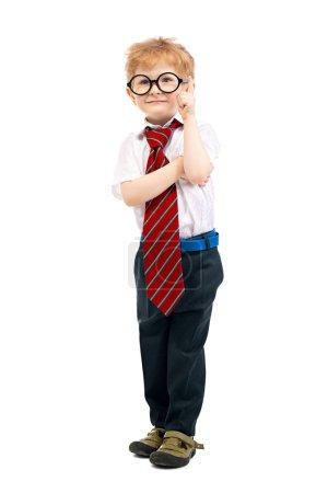 Photo pour Portrait complet d'un jeune écolier posant en studio sur fond blanc. Mode pour enfants pour l'école, l'éducation . - image libre de droit